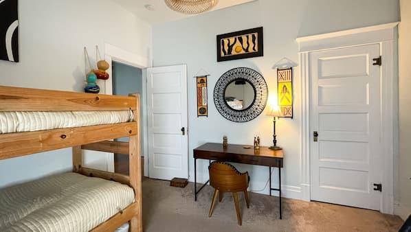 4 habitaciones, escritorio y tabla de planchar con plancha