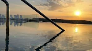 Innenpool, Außenpool (je nach Saison geöffnet), Sonnenschirme