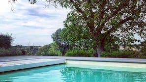 Een buitenzwembad en een verwarmd zwembad