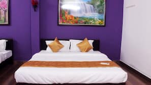 Hypo-allergenic bedding, iron/ironing board, rollaway beds, free WiFi