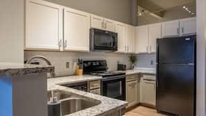 Geladeira grande, micro-ondas, fogão, cooktop