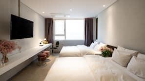 เตียงเมมโมรีโฟม, ห้องพักตกแต่งอย่างมีเอกลักษณ์, โต๊ะทำงาน, ผ้าม่านกันแสง