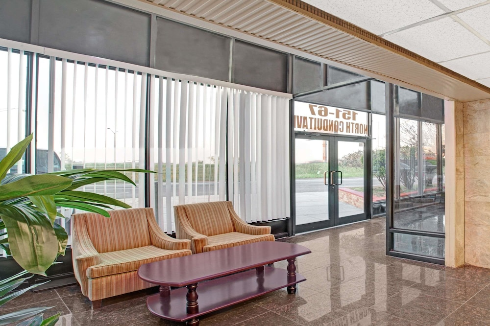 Lobby, Super 8 by Wyndham Jamaica North Conduit
