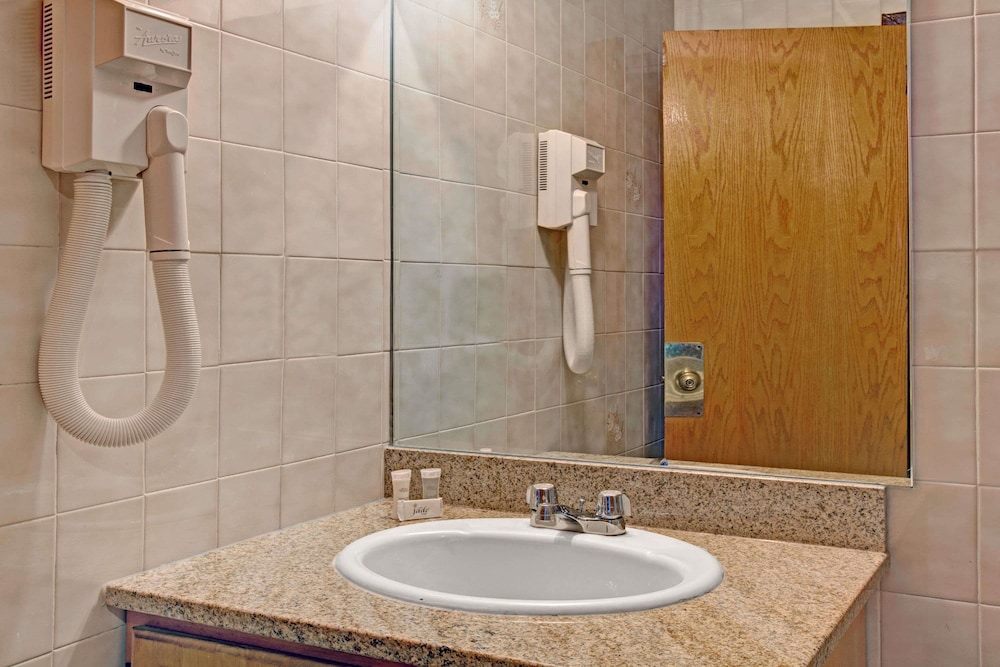 Bathroom, Super 8 by Wyndham Jamaica North Conduit