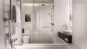 Een bad/douchecombinatie, een diep bad, een regendouche