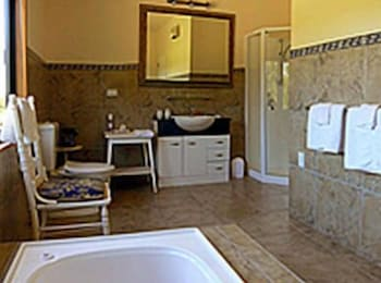 Bathroom, Heartland Lodge