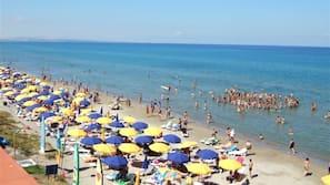 Playa privada, arena negra, tumbonas y sombrillas