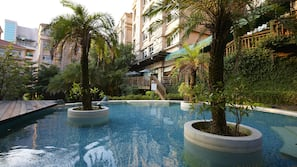 Indoor pool, outdoor pool, free cabanas