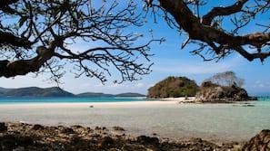 Sulla spiaggia, cabine da spiaggia gratuite, lettini da mare, ombrelloni