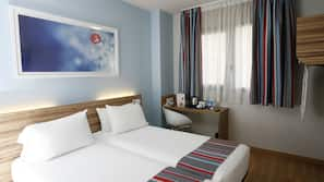 Luxe beddengoed, pillowtop-bedden, een bureau, geluiddichte muren