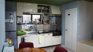 Réfrigérateur, micro-ondes, grille-pain, cuiseur de riz