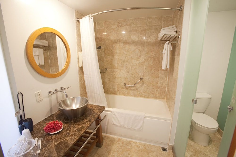 Bathroom, Guam Plaza Resort & Spa