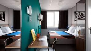 Escritorio, espacio para trabajar con un portátil, cortinas opacas