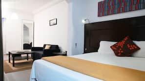 1 dormitorio, decoración individual, tabla de planchar con plancha