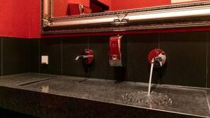 Kostenlose Toilettenartikel, Haartrockner, Bademäntel, Handtücher
