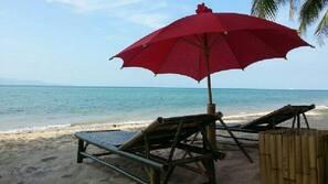 Trên bãi biển, ghế dài tắm nắng, massage trên bãi biển