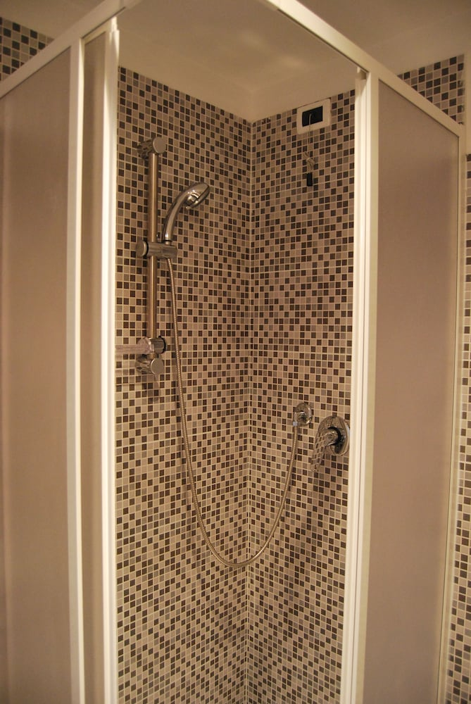 Bathroom Shower, Core de Roma Suites