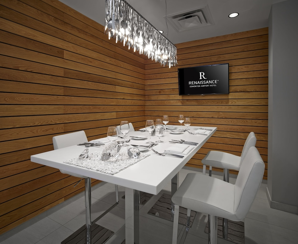 Book renaissance edmonton airport hotel edmonton for Best private dining rooms edmonton