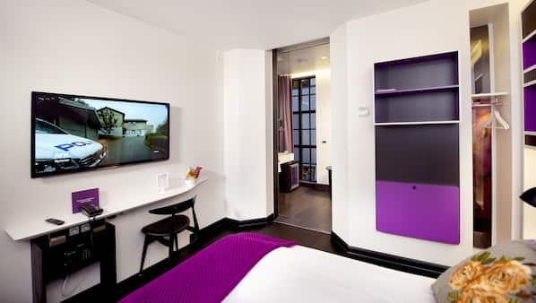1 soverom, senger med overmadrass, minibar og safe på rommet