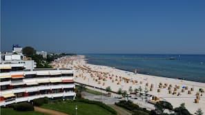 Am Strand, weißer Sandstrand, Liegestühle