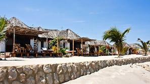 Playa privada, arena blanca, toallas de playa y masajes en la playa