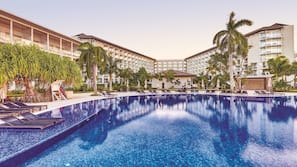 3 outdoor pools, free pool cabanas, pool loungers