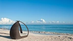 Am Strand, weißer Sandstrand, Cabañas (kostenlos), Liegestühle
