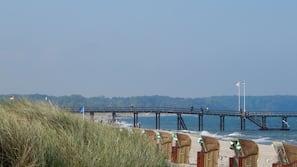 Aan het strand, waterskiën, windsurfen, beachvolleybal
