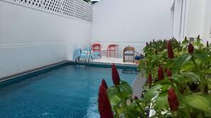 สระว่ายน้ำกลางแจ้ง เปิด 8:00 น. ถึง 19:00 น., เก้าอี้อาบแดดริมสระ
