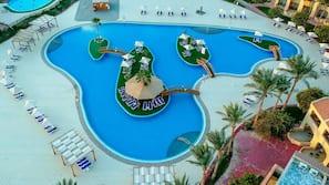 8 piscine all'aperto, lettini