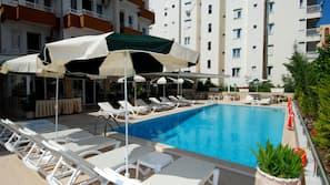 Seasonal outdoor pool, free cabanas, pool umbrellas