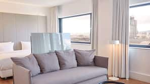 防敏寢具、房內夾萬、書桌、窗簾