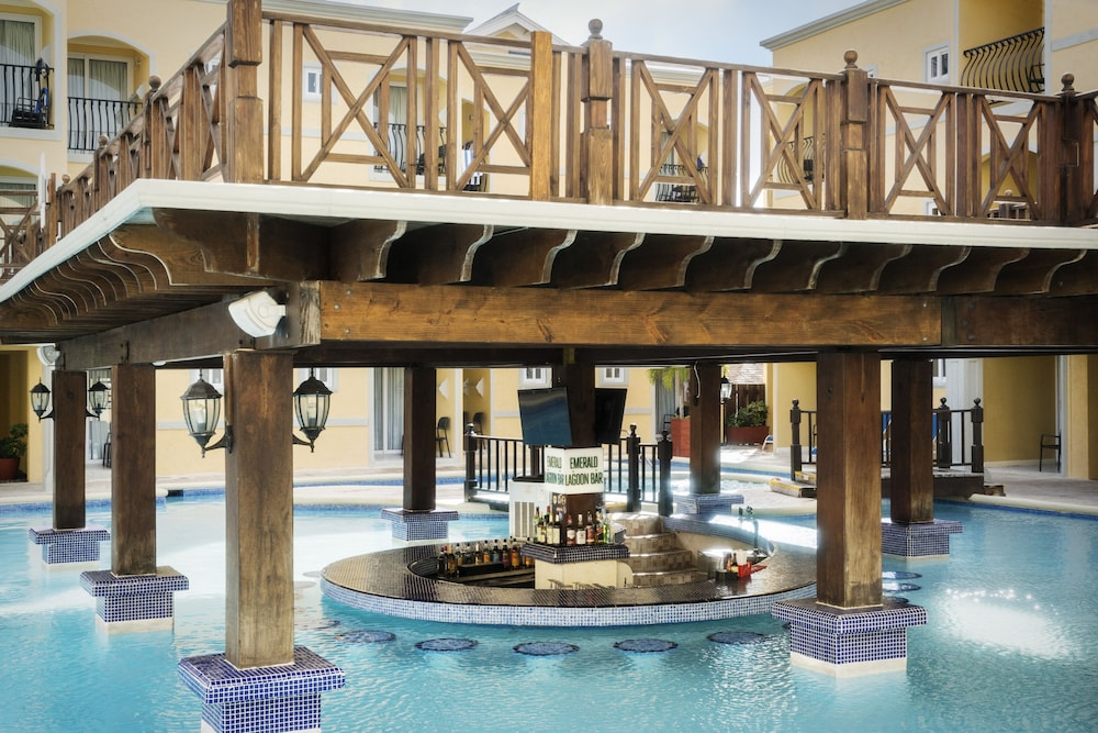 Swim-up Bar, Jewel Paradise Cove Adult Beach Resort & Spa – All Inclusive