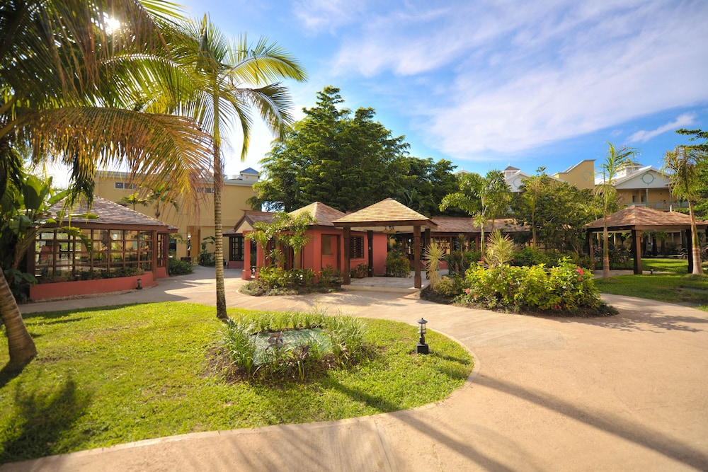 Property Grounds, Jewel Paradise Cove Adult Beach Resort & Spa – All Inclusive