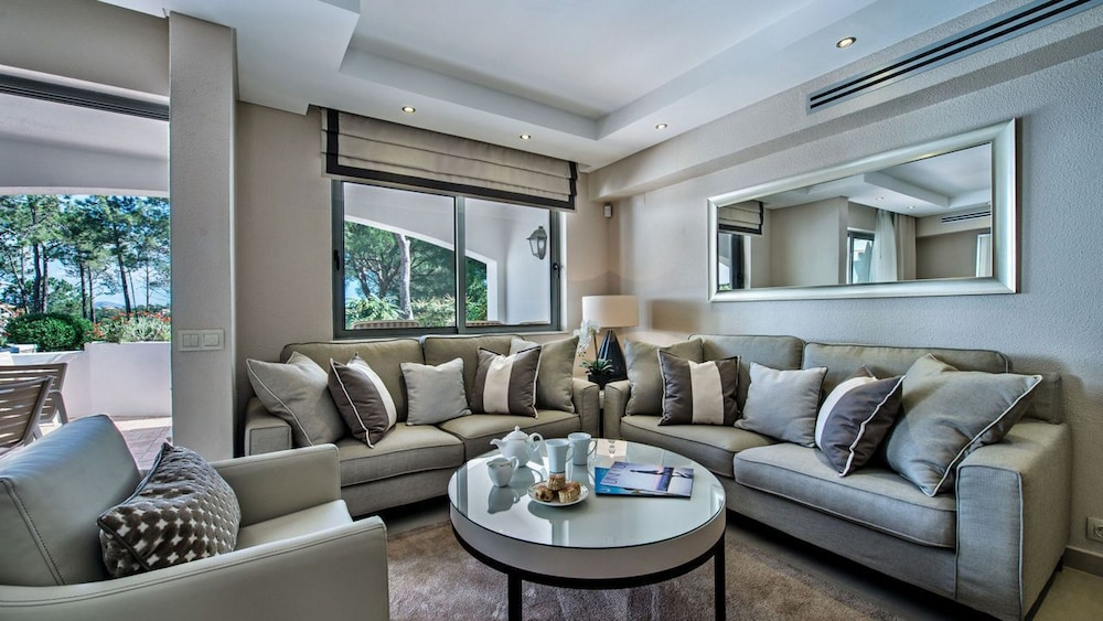 Living Area, Four Seasons Country Club