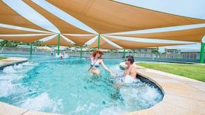 2 piscines extérieures, chaises longues