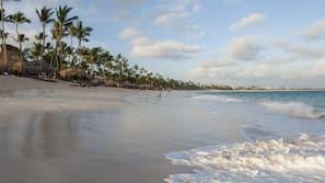 Ubicación cercana a la playa, toallas de playa y masajes en la playa