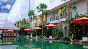室外泳池;08:00 至 21:00 開放;泳池傘、躺椅