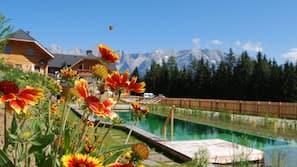 Een buitenzwembad, een natuurlijk zwembad