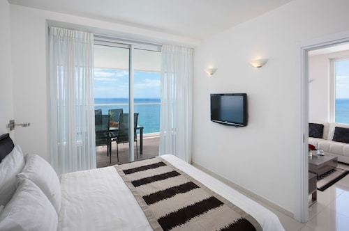 Island Luxurious Suites Hotel