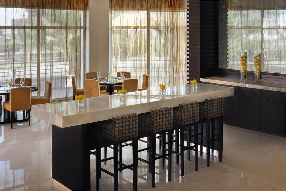 Bar, Movenpick Hotel Jumeirah Lakes Towers