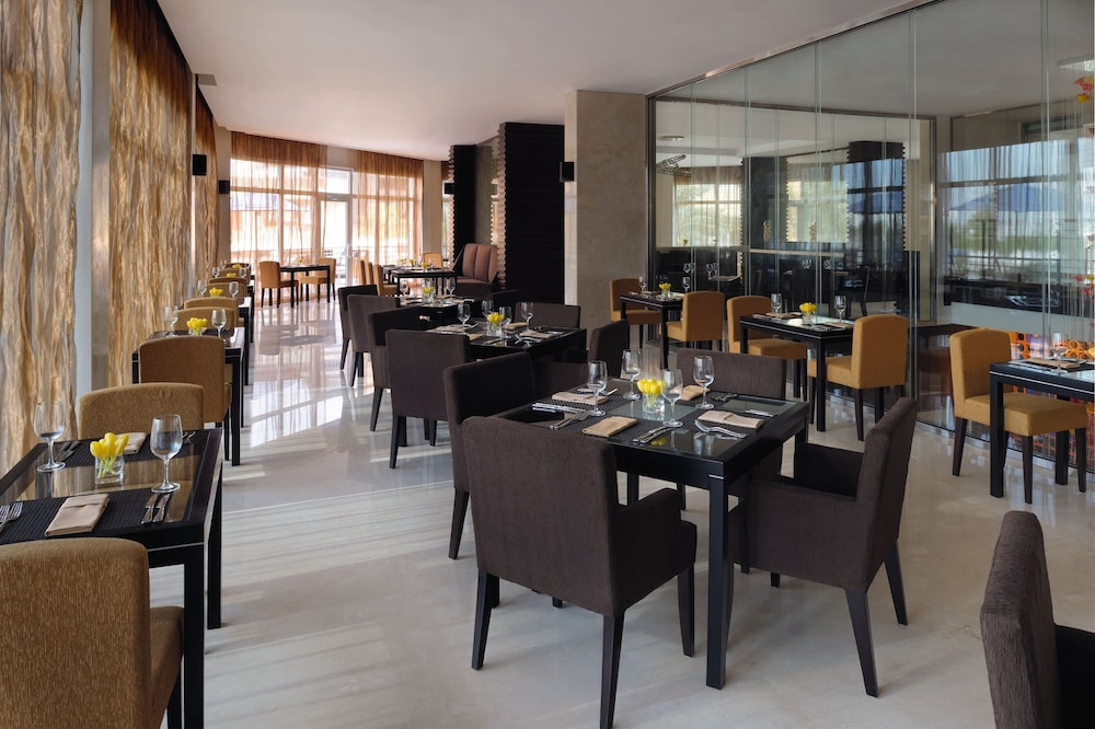 Restaurant, Movenpick Hotel Jumeirah Lakes Towers