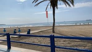 Vlak bij het strand, wit zand, 5 strandbars