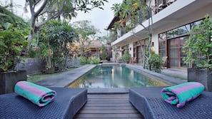 Kolam renang outdoor, dengan kursi berjemur