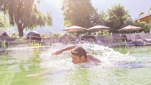 Außenpool (je nach Saison geöffnet), Pool mit Wasserfall, Sonnenschirme