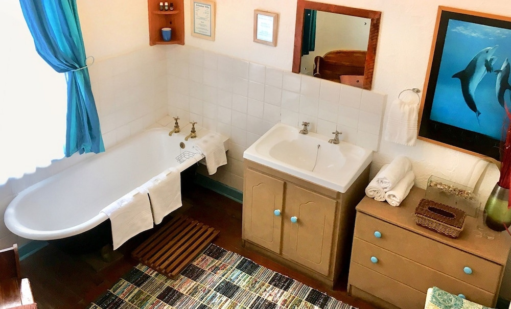Shared bathroom, Athenian Villa