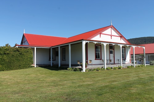 Manapouri accommodation 46 hotels in manapouri wotif for Manapouri lakeview motor inn