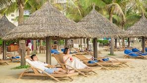 근처 해변, 백사장, 일광욕 의자, 비치 파라솔