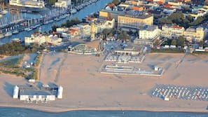 In Strandnähe, weißer Sandstrand, Volleyball, Strandbar