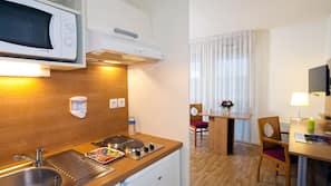 Réfrigérateur, micro-ondes, fourneau de cuisine